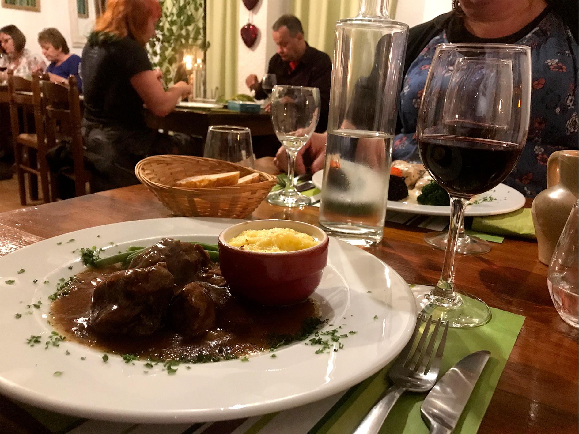 Hotel og Restaurant Axat - bord og mennesker, vinglas og mad