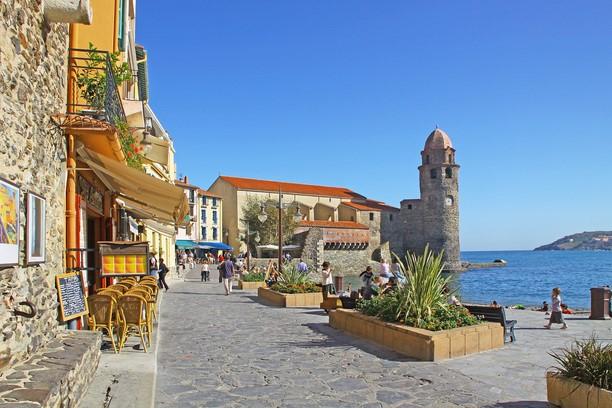 kystby ved middelhavet. kirke i baggrunden